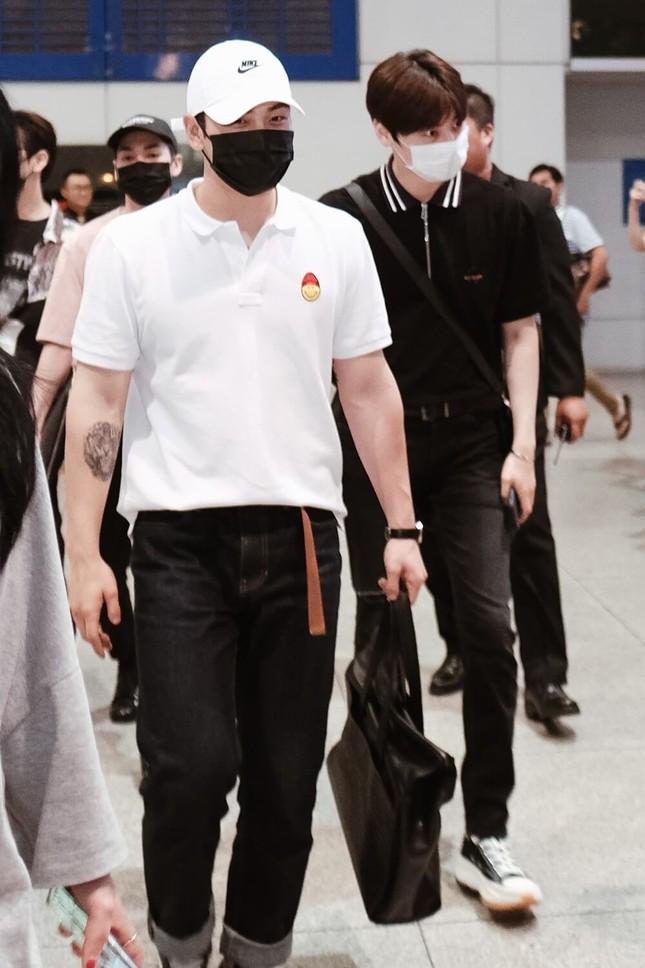 NU'EST diện style đen trắng cập bến thành phố Hồ Chí Minh ảnh 4