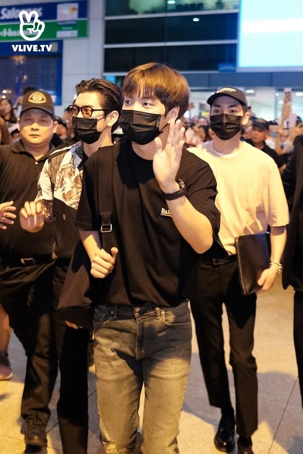 NU'EST diện style đen trắng cập bến thành phố Hồ Chí Minh ảnh 7