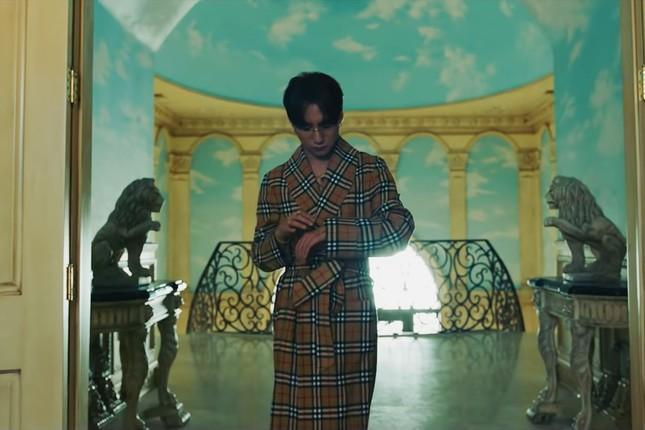 """Tạo hình của Snoop Dogg và Madison Beer trong """"Hãy Trao Cho Anh"""" đã được tiết lộ ảnh 2"""