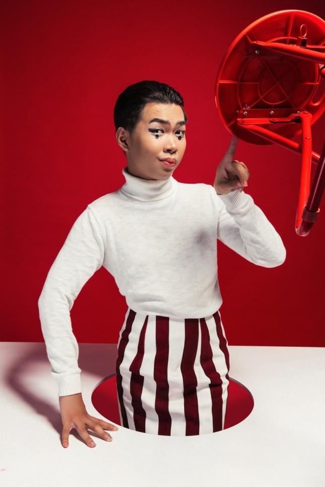 Đánh dấu nút bạc cho kênh YouTube, Minh Dự tung bộ ảnh mới với hình tượng chàng hề ma mị ảnh 2