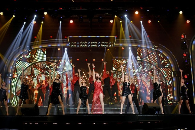 """Võ Hạ Trâm tỏa sáng đỉnh cao sự nghiệp trong Liveshow """"This Is Me"""" với phong cách Broadway ảnh 6"""