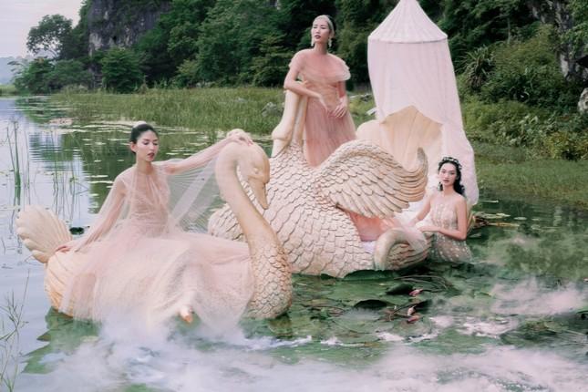 """Người mẫu Thùy Dương, Hằng Nguyễn cùng Quỳnh Anh hóa """"tiên nữ"""" giữa đầm Vân Long - Ninh Bình ảnh 3"""