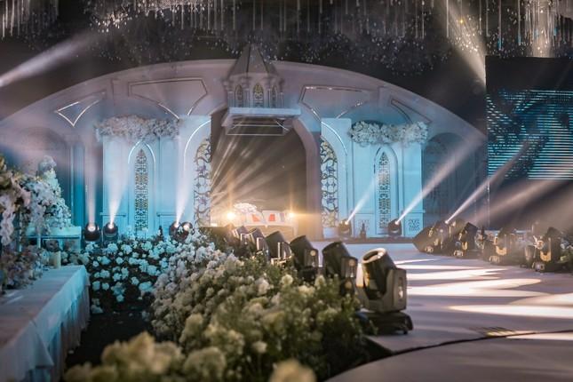 """Trấn Thành """"đi đu đưa"""" cùng dàn sao Việt đến mừng đám cưới ái nữ nhà đại gia Minh Nhựa ảnh 2"""