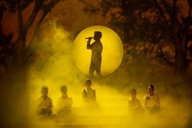 Kéo khán giả đến Hội An đón Trung thu, Hà Anh Tuấn chiêu đãi không gian âm nhạc đầy bất ngờ  ảnh 1