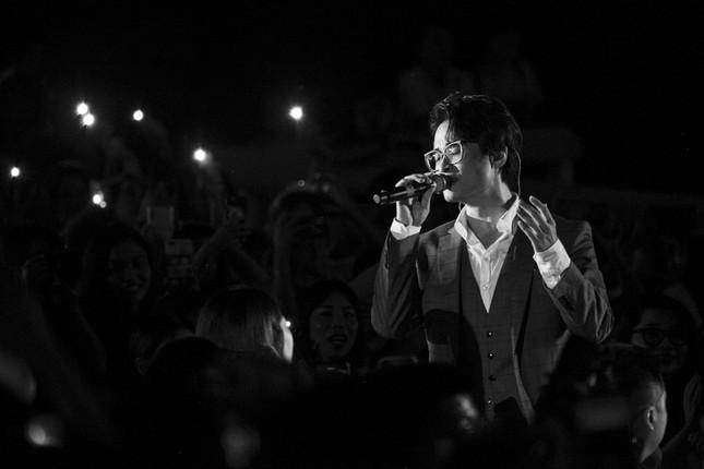 Kéo khán giả đến Hội An đón Trung thu, Hà Anh Tuấn chiêu đãi không gian âm nhạc đầy bất ngờ  ảnh 7