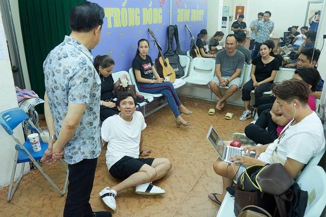 Hoài Linh phá lệ giả gái, giúp Chí Tài đền bù cho khán giả vì liveshow thiếu Thu Trang, Nam Thư ảnh 1