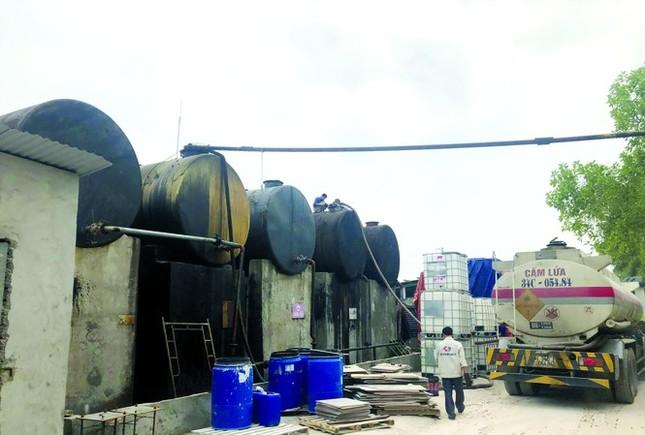 Dầu thải xả vào nguồn nước sạch sông Đà: Xử lý cực kỳ phức tạp ảnh 1