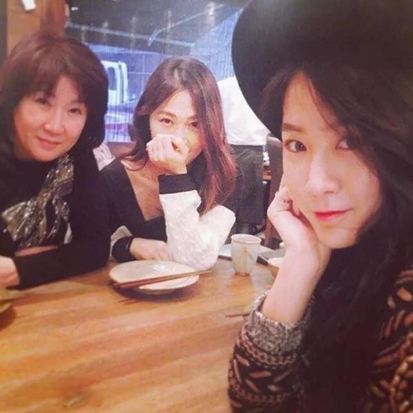 Soyu (Sistar) đã may mắn được thừa gưởng khuôn mặt trái xoan, sống mũi cao vút và đôi môi nhỏ xinh từ mẹ mình. Cứ nhìn mẹ Soyu là biết khi Soyu về già vẫn xinh lắm đây.