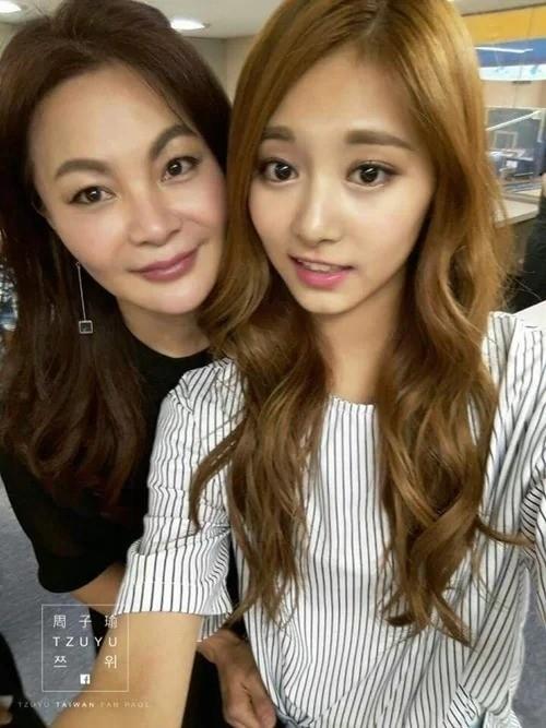 Nhìn Tzuyu (Twice) chụp ảnh với mẹ mà cứ ngỡ là hai chị em. Tzuyu rõ ràng đã kế thừa được hàng lông mày đậm, đôi mắt to và khuôn miệng rất tươi của mẹ mình.
