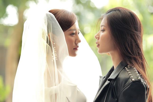 """Văn Mai Hương - Đồng Ánh Quỳnh tạo nên cú """"twist"""" không ngờ trong MV đẫm nước mắt ảnh 6"""