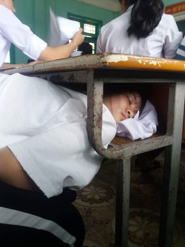 Sợ bị phát hiện khi ngủ gật trong lớp, nữ sinh nảy ra ý tưởng khiến dân mạng cười ngất ảnh 1