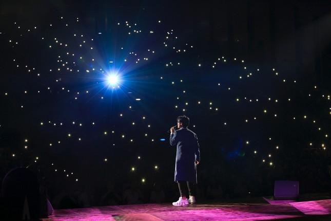 """Khán giả thổn thức với ca khúc """"Nước Ngoài"""" tái hiện đong đầy cảm xúc trong show của Hà Anh Tuấn ảnh 1"""