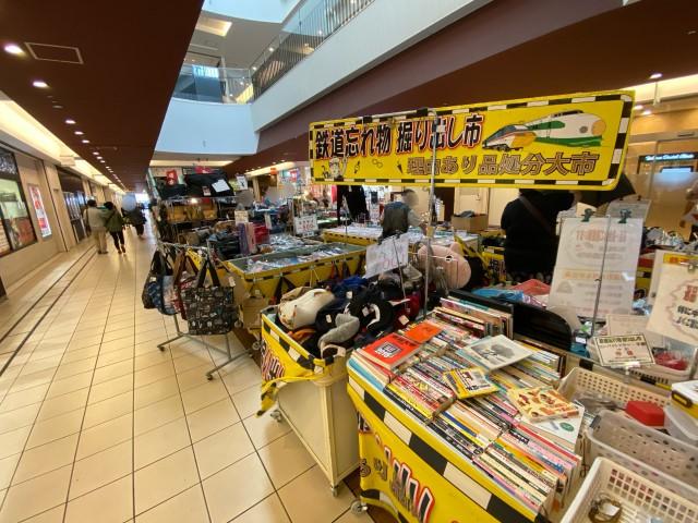 Khu chợ chuyên bán đồ bỏ quên trên tàu điện ngầm ở Nhật ảnh 6