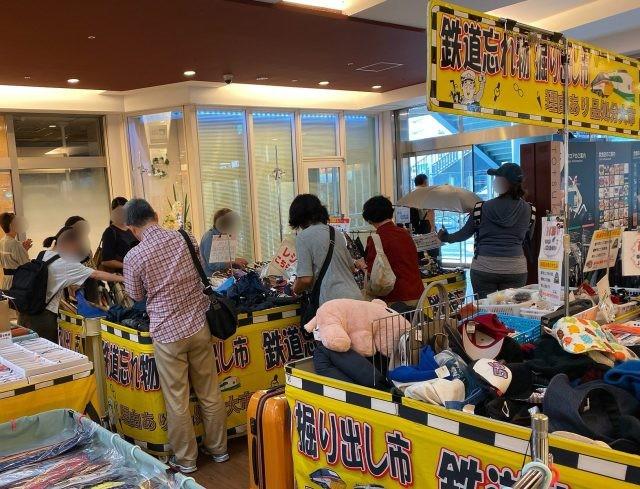 Khu chợ chuyên bán đồ bỏ quên trên tàu điện ngầm ở Nhật ảnh 7