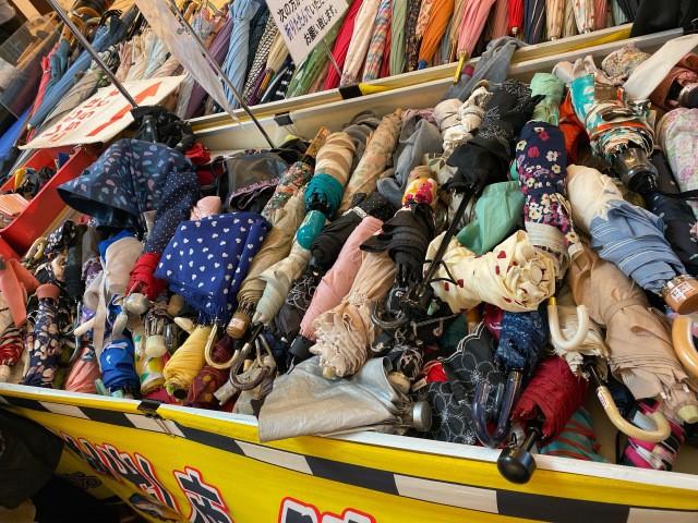 Khu chợ chuyên bán đồ bỏ quên trên tàu điện ngầm ở Nhật ảnh 8