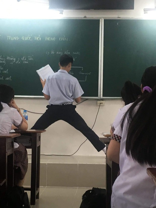 Sở hữu chiều cao vượt trội, nam sinh đành phải xoạc chân khi làm bài trên bảng ảnh 1