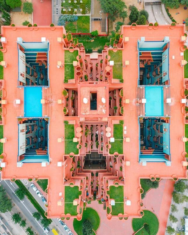 Thiết kế lạ mắt của tòa nhà sống ảo nổi tiếng châu Âu ảnh 1