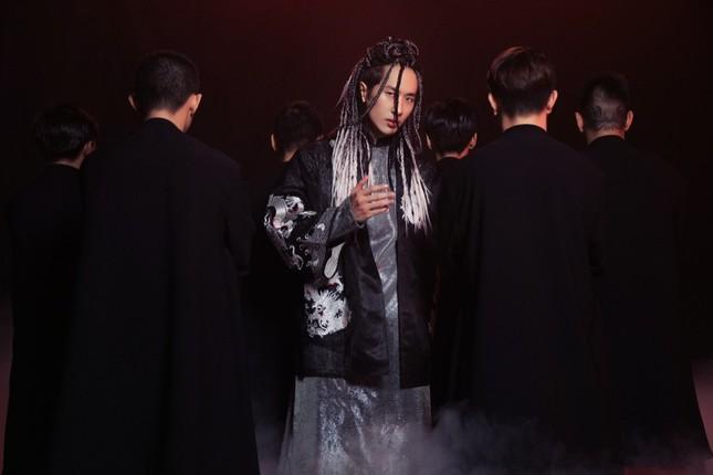 Soi loạt trang phục cổ trang ấn tượng của Tuấn Trần trong MV âm nhạc mới ảnh 4