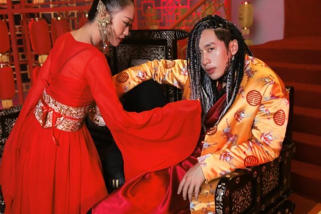 Soi loạt trang phục cổ trang ấn tượng của Tuấn Trần trong MV âm nhạc mới ảnh 1