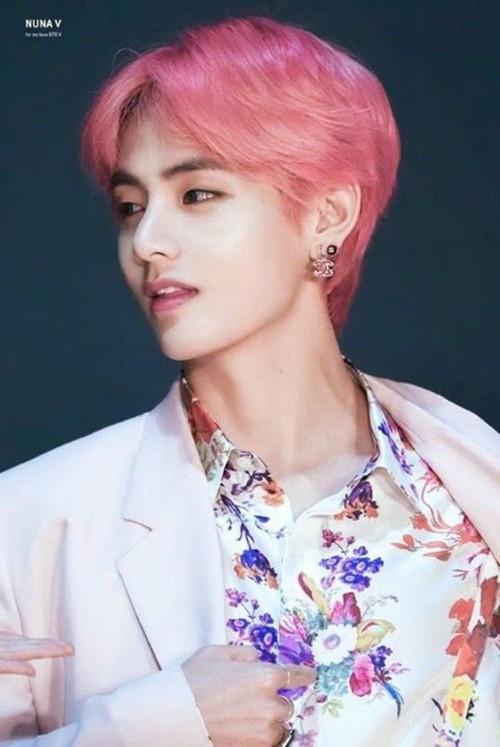 Hoa tai Chanel nạm kim cương hợp tông hồng với mái tóc và trang phục càng khiến V rực rỡ hơn.