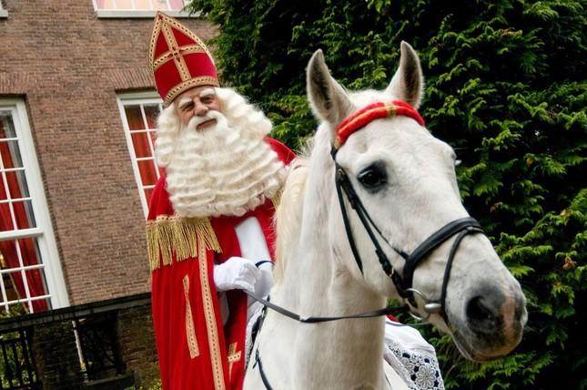 Ông già Noel ma quỷ và những kiểu đón Giáng sinh lạ nhất ảnh 5