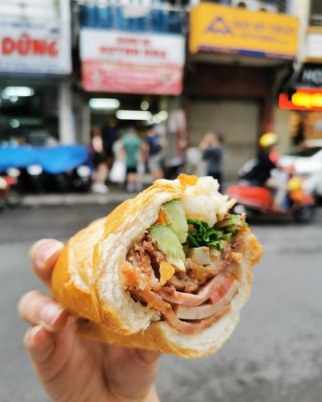 Những quán ăn ven đường không rẻ vẫn hút khách ở TP.HCM ảnh 6