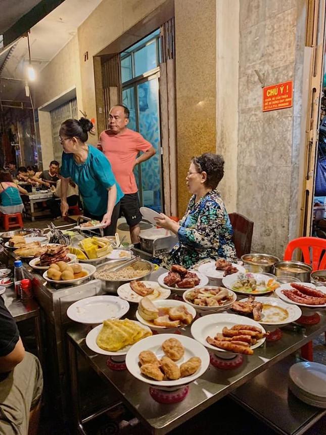 Những quán ăn ven đường không rẻ vẫn hút khách ở TP.HCM ảnh 7