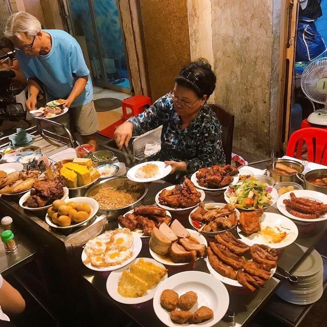 Những quán ăn ven đường không rẻ vẫn hút khách ở TP.HCM ảnh 8