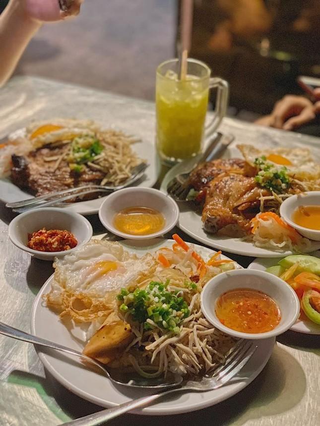 Những quán ăn ven đường không rẻ vẫn hút khách ở TP.HCM ảnh 9