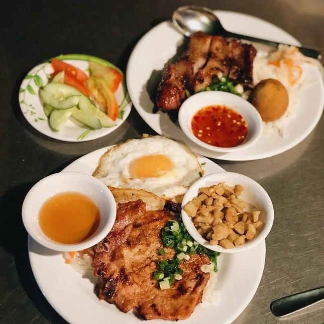 Những quán ăn ven đường không rẻ vẫn hút khách ở TP.HCM ảnh 10