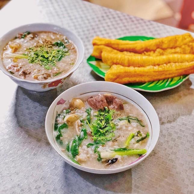 Những quán ăn ven đường không rẻ vẫn hút khách ở TP.HCM ảnh 11