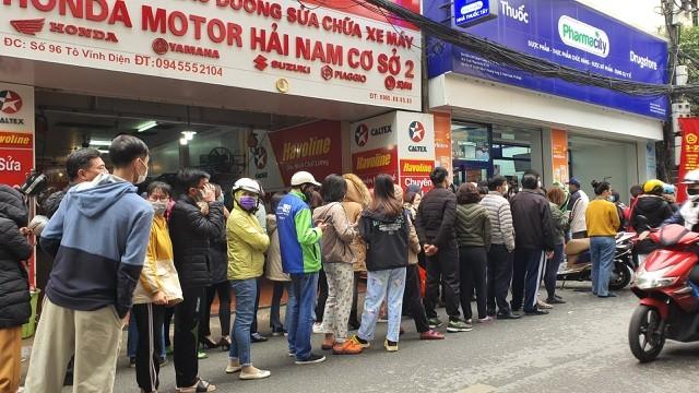 Dân Hà Nội xếp hàng cả buổi sáng chỉ để mua 1 hộp khẩu trang 35 nghìn đồng ảnh 1