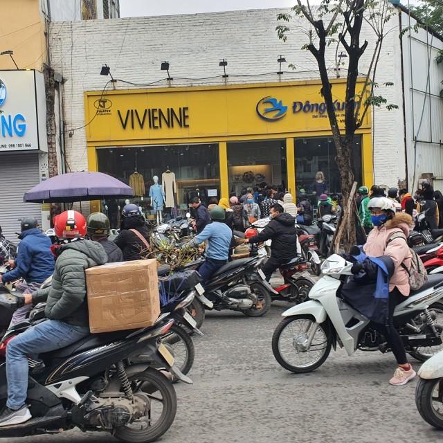 Dân Hà Nội xếp hàng cả buổi sáng chỉ để mua 1 hộp khẩu trang 35 nghìn đồng ảnh 2