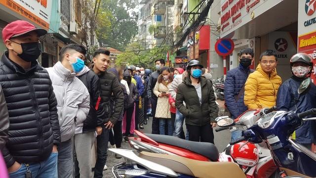Dân Hà Nội xếp hàng cả buổi sáng chỉ để mua 1 hộp khẩu trang 35 nghìn đồng ảnh 3