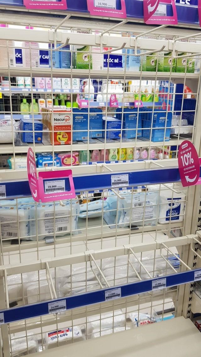 Dân Hà Nội xếp hàng cả buổi sáng chỉ để mua 1 hộp khẩu trang 35 nghìn đồng ảnh 4