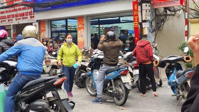 Dân Hà Nội xếp hàng cả buổi sáng chỉ để mua 1 hộp khẩu trang 35 nghìn đồng ảnh 5