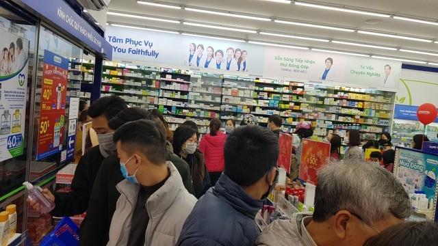 Dân Hà Nội xếp hàng cả buổi sáng chỉ để mua 1 hộp khẩu trang 35 nghìn đồng ảnh 7
