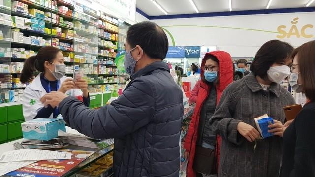 Dân Hà Nội xếp hàng cả buổi sáng chỉ để mua 1 hộp khẩu trang 35 nghìn đồng ảnh 8
