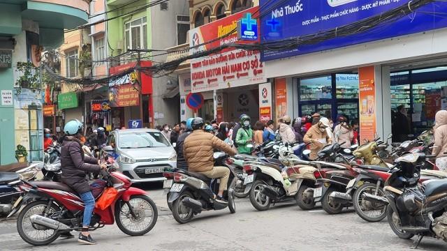 Dân Hà Nội xếp hàng cả buổi sáng chỉ để mua 1 hộp khẩu trang 35 nghìn đồng ảnh 10