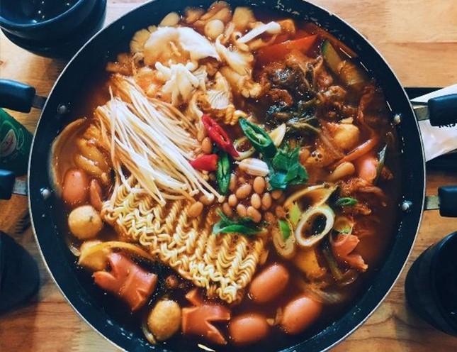 Trời lạnh mà muốn giải ngán sau Tết thì đi ăn ngay lẩu tokbokki cay nóng xứ Hàn này ảnh 6