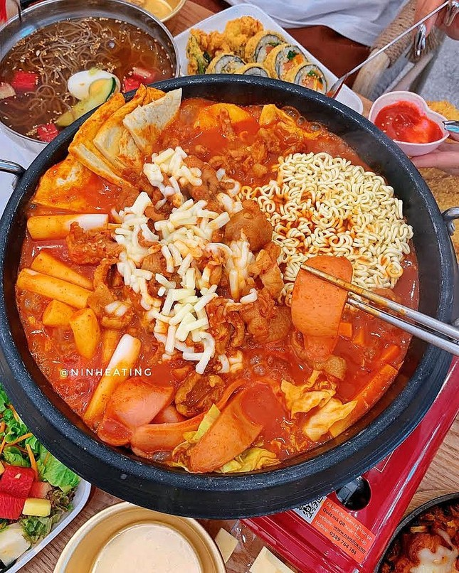 Trời lạnh mà muốn giải ngán sau Tết thì đi ăn ngay lẩu tokbokki cay nóng xứ Hàn này ảnh 3