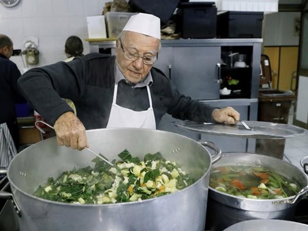 Ông Impagliazzo đang nấu súp cho người vô gia cư.