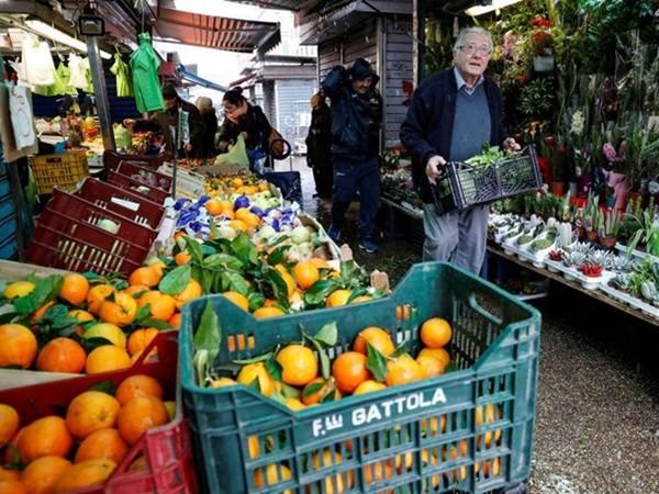 """""""Đầu bếp của người nghèo"""" đang đi chợ để mua và nhận thực phẩm do các cửa hàng quyên góp."""