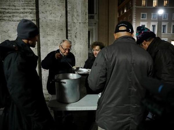 Nhiều người vô gia cư đến nhận thức ăn miễn phí ở chỗ ông Impagliazzo.
