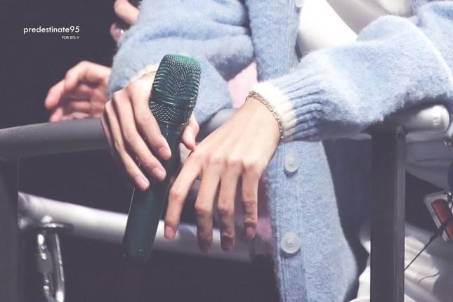 Các fan của V đã phát hiện ra điều này từ lâu rồi, nên bên cạnh chuyện chụp ảnh chân dung anh chàng thì còn tập trung vào đôi tay thon dài, mịn màng, đẹp như truyện tranh.