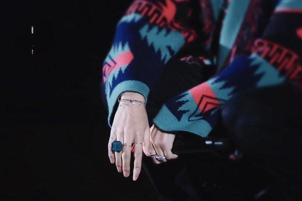 Khi V thả lỏng bàn tay, khán giả càng trầm trồ hơn nữa. V cũng rất biết cách nhấn nhá vào điểm mạnh của mình bằng cách đeo nhiều phụ kiện vòng, nhẫn.