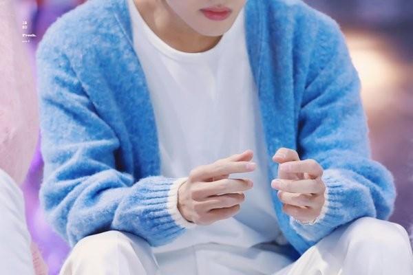 Bức ảnh này từng khiến các diễn đàn giải trí ở K-Pop xôn xao vì đôi tay đẹp không một nếp nhăn, như thể đã qua app chỉnh ảnh.