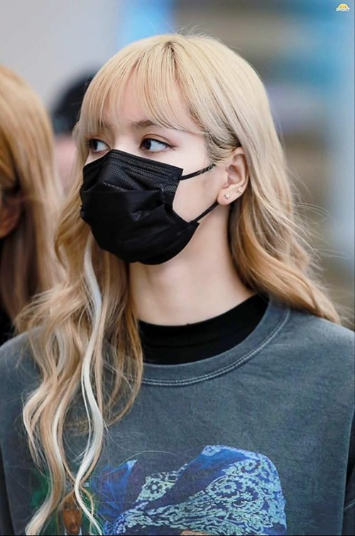 Khi đeo khẩu trang che mặt, Lisa (Black Pink) tạo điểm nhấn cho đôi mắt càng thêm to tròn như búp bê.