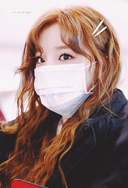 Đôi mắt chuốt mascara kỹ lưỡng, phủ màu nhũ giúp Yuqi (G)I-DLE luôn xinh trong mọi hoàn cảnh.