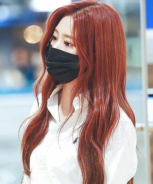 Khi đeo khẩu trang che kín mũi miệng, Min Ju (IZONE) đánh mắt màu hồng anh đào, chuốt mi cong vút giúp